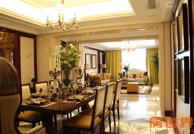 客厅和餐厅一线相连,由一道长廊隔开