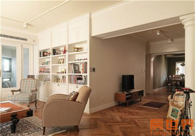 其天花梁柱较低,设计者设置欧式风格圆柱,巧妙转移视觉的