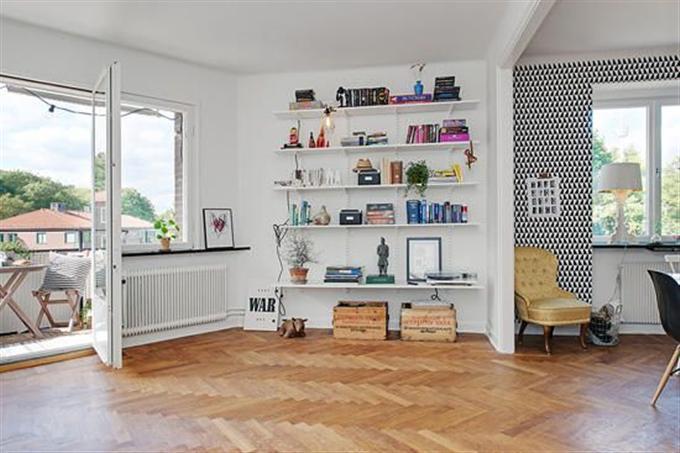 简单的书架同时摆放着一些装饰品,窗台上也摆放着绿色植物,非常小清