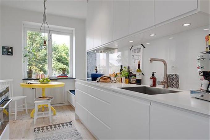 装饰tips:白色的厨房搭配黄色的小餐桌