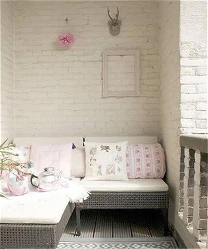 但是呢,今天,小编要告诉你阳台也可以打造成一个卧室,一个被阳光雨露簇拥,又更接近自然的卧室。从功能上来讲,这也充分地利用了阳台的空间,家里来个客人,也不愁没地方住啦。现在就跟小编一起来看看,阳台上的床该怎么摆吧!