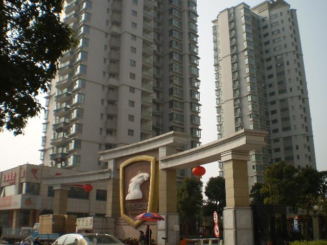白马公寓  4房2厅2卫  房东自住精装修  7000/月